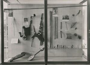 La vitrine des instruments de musique dans la salle d'exposition permanente consacrée à l'Europe au musée de l'Homme dans les années 1970. Paris, Archives du Muséum national d'histoire naturelle. © MNHN