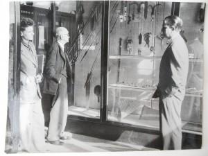 A. Leroi-Gourhan, Paul Rivet et Paulo Duarte devant une vitrine du Musée de l'Homme en 1948 (BCM-MNHN)